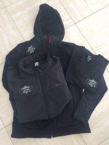 Zwarte vesten met logo